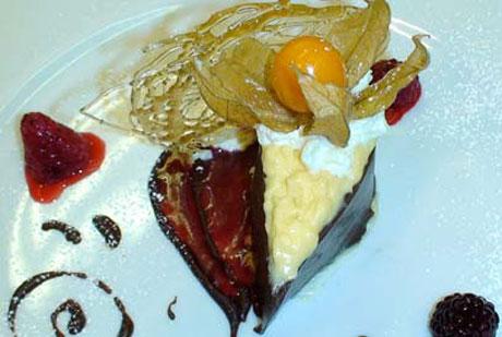 Schlosshotel Rosenau - Rosendinner: Schokoladeträne mit weißem Schokolademousse