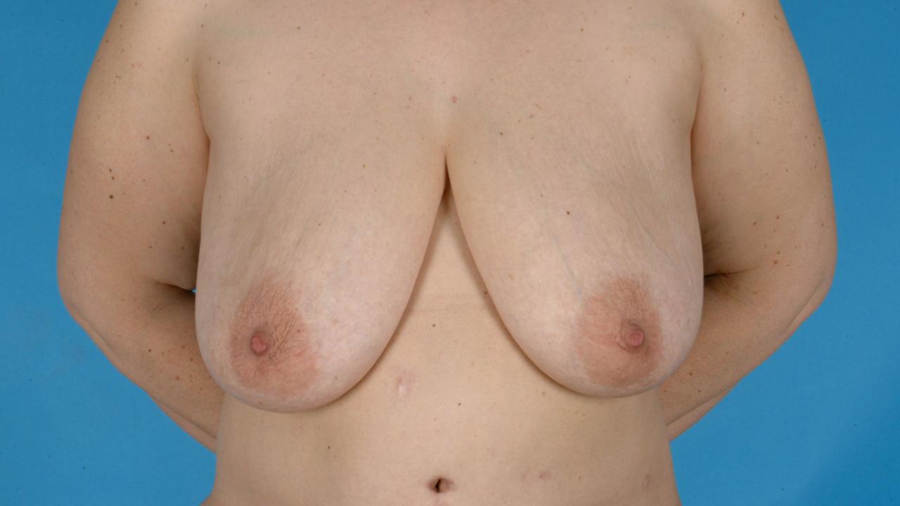Die Kleidung für voll mit der kleinen Brust