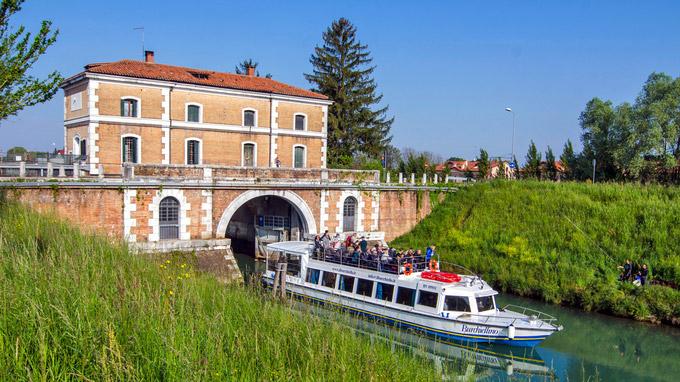 © Regione del Veneto / Riviera del Brenta, Italien - A boat leaving the Stra Lock / Zum Vergrößern auf das Bild klicken