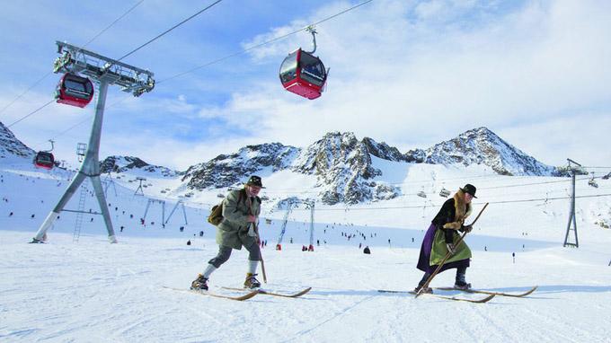 © Stubaier Gletscher / Trachten-Skifahrer am Stubaier Gletscher / Zum Vergrößern auf das Bild klicken