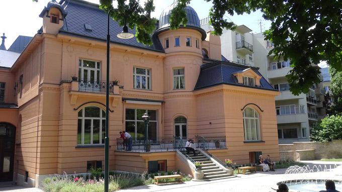 © 55PLUS Medien GmbH, Wien / Edith Spitzer / Brünn, CZ - Villa Löw-Beer_Gartenansicht / Zum Vergrößern auf das Bild klicken
