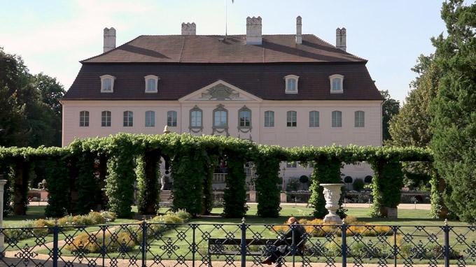 55PLUS Medien GmbH / Cottbus - Schloss Branitz Haupteingang / Zum Vergrößern auf das Bild klicken