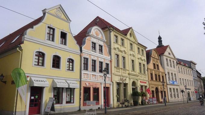 © 55PLUS Medien GmbH, Wien / Edith Spitzer / Cottbus, Deutschland - Häuserzeile am Altmarkt / Zum Vergrößern auf das Bild klicken