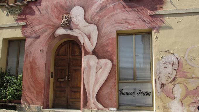 © 55PLUS Medien GmbH, Wien / Dozza, Italien - bemalte Häuserfassade / Zum Vergrößern auf das Bild klicken