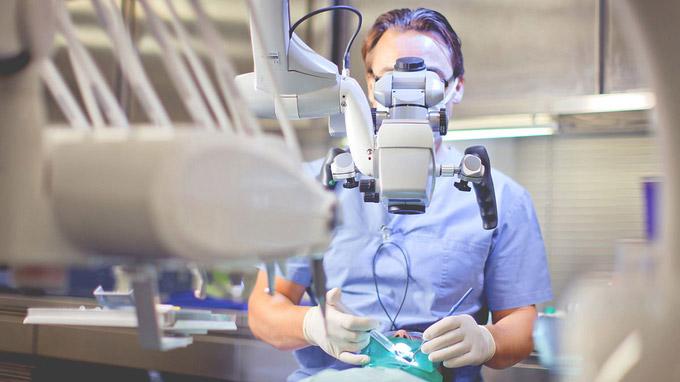© www.csepregiphotography.hu / Mikroskopische Endodontie / Zum Vergrößern auf das Bild klicken