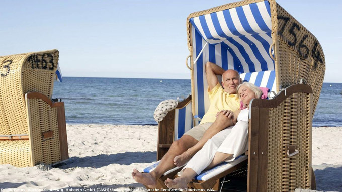 © Tourismus-Agentur Schleswig-Holstein GmbH (TASH)/Bader, Michael/DZT / Ostsee, Deutschland - Paar im Strandkorb / Zum Vergrößern auf das Bild klicken