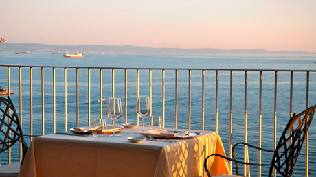 © RZPR / Hotel Riviera - Terrasse / Zum Vergrößern auf das Bild klicken