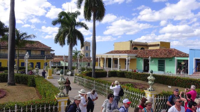 © 55PLUS Medien GmbH, Wien / Edith Spitzer / Trinidad, Kuba - Hauptplatz / Zum Vergrößern auf das Bild klicken