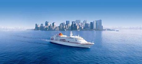 Hapag-Lloyd Kreuzfahrten - MS Columbus vor der beeindruckenden Skyline Manhattens, New York