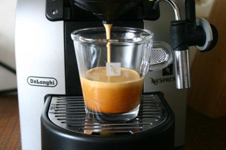 Kaffee mit Nespresso-Maschine
