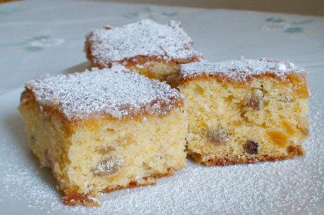 Kuchen mit Marillen und Rosinen
