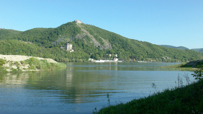 55PLUS Medien GmbH / Visegrád Blick über Donau auf Burg / Zum Vergrößern auf das Bild klicken