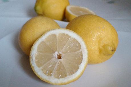 Zitrone, halbiert