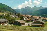 Glacier-Express, Schweiz - Bergdorf entlang der Strecke / Zum Vergrößern auf das Bild klicken