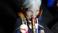 © Dr. Charles E. Ritterband, Wien / Burma - Die letzte Nasen-Flöten-Spielerin / Zum Vergrößern auf das Bild klicken