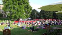 © 55PLUS Medien GmbH, Wien / Edith Spitzer / Dresden, DE - Yoga im Park / Zum Vergrößern auf das Bild klicken