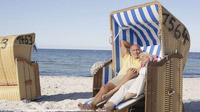 © DZT/Tourismus-Agentur Schleswig-Holstein GmbH (TASH)/Bader, Michael / Ostsee, Deutschland -  Paar im Strandkorb / Zum Vergrößern auf das Bild klicken