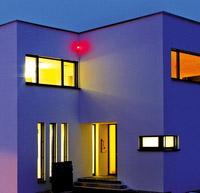 © Telenot / Pressebild2 Haus Außenansicht Abend_ev / Zum Vergrößern auf das Bild klicken
