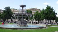 © 55PLUS Medien GmbH, Wien / Stuttgart, Deutschland - Schlossplatz mit Springbrunnen / Zum Vergrößern auf das Bild klicken
