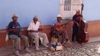 © 55PLUS Medien GmbH, Wien / Edith Spitzer / Trinidad, Kuba - Straßenspieler / Zum Vergrößern auf das Bild klicken