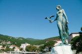 © photonet.hr - Valter Stojsic / Opatija, Kroatien - Mädchen mit Möwe / Zum Vergrößern auf das Bild klicken