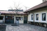 Weinbau Wieninger, Stammersdorf - Innenhof / Zum Vergrößern auf das Bild klicken