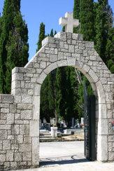 © 55PLUS Medien GmbH, Wien / Rab, Kroatien - Friedhof / Zum Vergrößern auf das Bild klicken