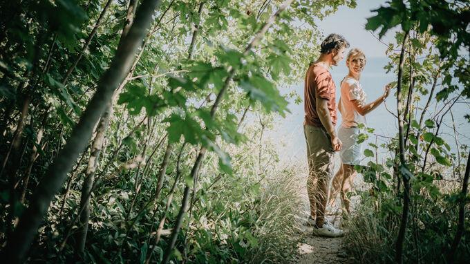 Göhren, DE - Paar geht im Wald spazieren