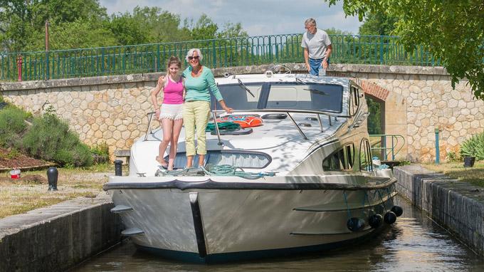 © C. Mansell / Hausboot auf einem Kanal / Zum Vergrößern auf das Bild klicken