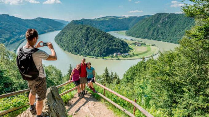 © Tourismusprojekt Römerspuren/Oberösterreich Tourismus GmbH/Hochhauser / Wandern entlang der Donauschlinge / Zum Vergrößern auf das Bild klicken