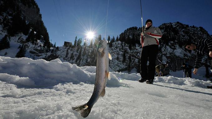 © Jost von Allmen / Stockhorn, Schweiz - Eisfischen / Zum Vergrößern auf das Bild klicken