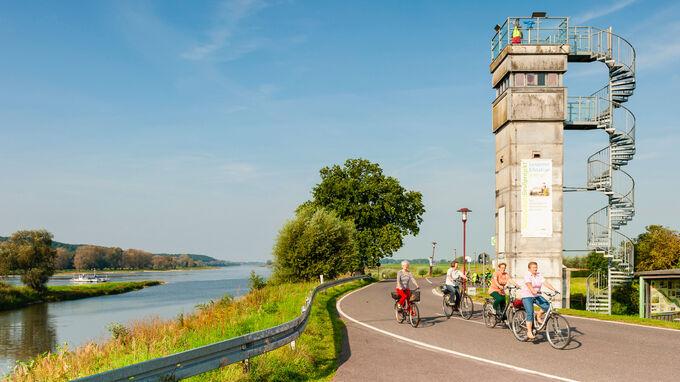 © Tourismusverband Prignitz e.V. / Markus Tiemann / Prignitz, DE - Elberadweg am Grenzturm bei Lenzen / Zum Vergrößern auf das Bild klicken