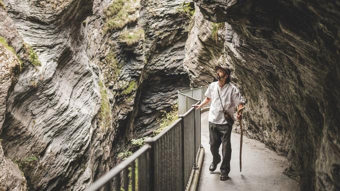 © Schweiz Tourismus / Line swiss image.ch / Ivo Scholz / Römerpfad, Schweiz - Geschichtenerzähler Erwin Dirnberger in der Viamal / Zum Vergrößern auf das Bild klicken
