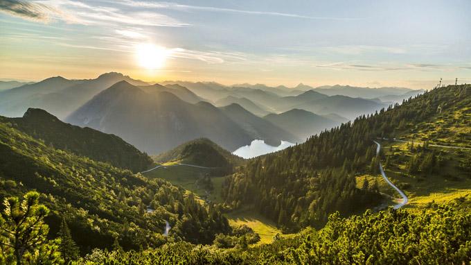 © Tourist Information Kochel am See / Thomas Kujat / Herzogstand, Bayern - Sonnenaufgang / Zum Vergrößern auf das Bild klicken