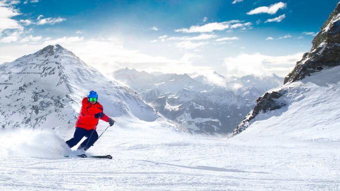 ©gevisions - stock.adobe.com / Man skiing on the prepared slope with fresh new powder snow in Alps / Zum Vergrößern auf das Bild klicken