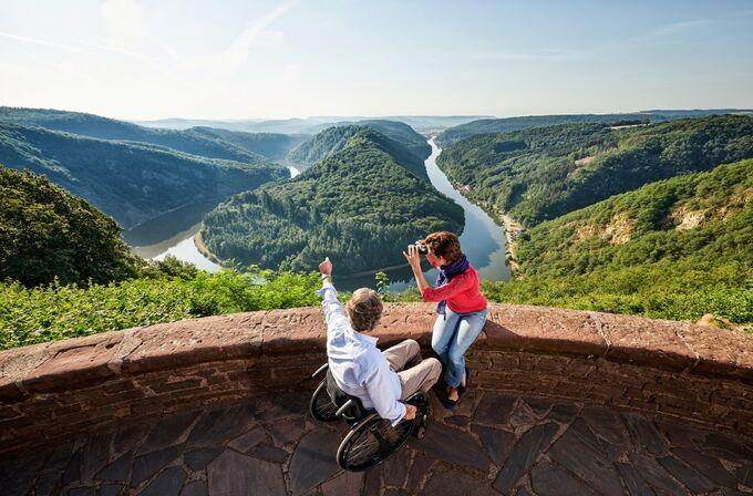 Mettlach, DE - Aussichtspunkt Cloef mit Aussicht über die Saarschleife