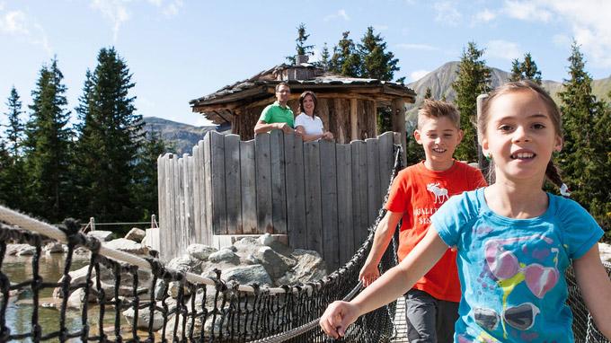 © Tatjana Hofmann / Serfaus-Fiss-Ladis, Tirol - Familie im Murmliwasser / Zum Vergrößern auf das Bild klicken
