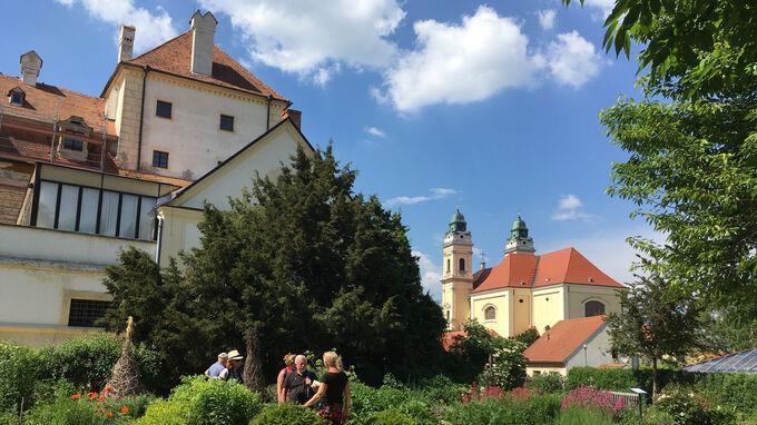© Edith Spitzer, Wien / Valtice, CZ - Schlossgebäude_Kirche / Zum Vergrößern auf das Bild klicken