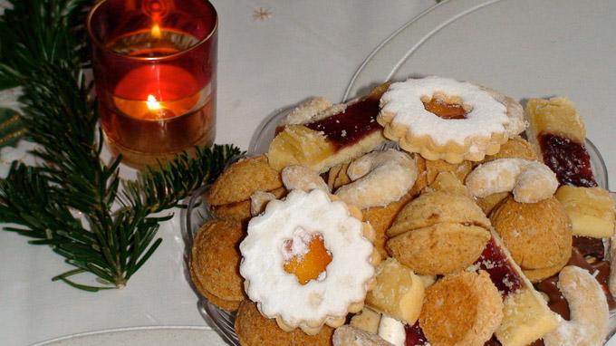 © 55PLUS Medien GmbH, Wien / Edith Spitzer / Weihnachtskekse mit Kerze / Zum Vergrößern auf das Bild klicken