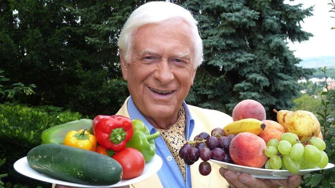 © Hademar Bankhofer / Hademar Bankhofer mit Obst und Gemüse / Zum Vergrößern auf das Bild klicken