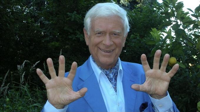 Prof. Hademar Bankhofer mit Fingerübungen