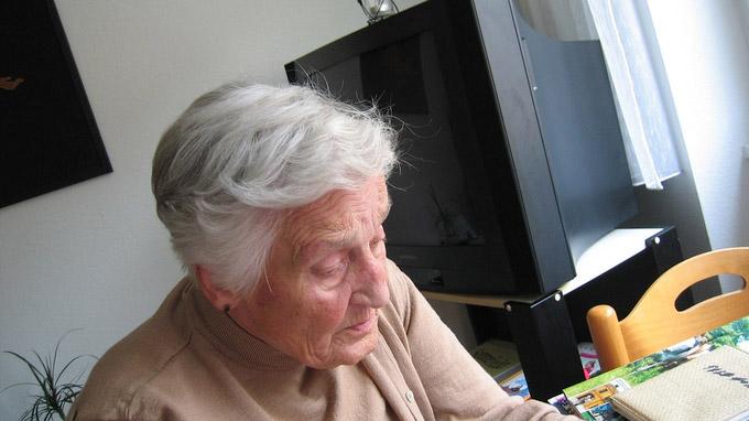 © pixabay.com / geralt / Pflegebedürftige Frau / Zum Vergrößern auf das Bild klicken
