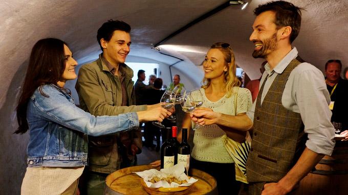 © Illmitz Tourismus / Steve.Haider.com / Neusiedler See, Burgenland - Weinverkostung / Zum Vergrößern auf das Bild klicken