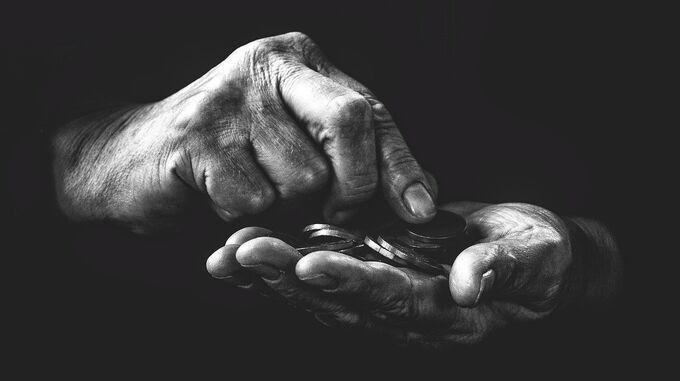 © Frantisek–Krejci / Pixabay / Senior zählt Geld in den Händen / Zum Vergrößern auf das Bild klicken