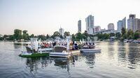 © Meine Insel Bootsvermietung / Alte Donau, Wien - Floating Concert_Silhouette Kaisermühlen / Zum Vergrößern auf das Bild klicken