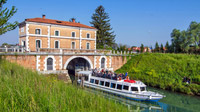 Riviera del Brenta, Italien - A boat leaving the Stra Lock