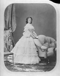 © ÖNB Bildarchiv / Ludwig Angerer um 1860 / Kaiserin Elisabeth in weissem Kleid / Zum Vergrößern auf das Bild klicken