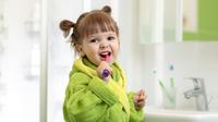 © Oksana Kuzmina / Kind beim Zähneputzen / Zum Vergrößern auf das Bild klicken