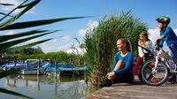 © NTG / steve.haider.com_scaled / Neusiedlersee, Burgenland - Radfahrer_Familie / Zum Vergrößern auf das Bild klicken