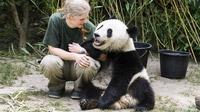© Daniel Zupanc / Pflegerin Renate Haider mit Fu Ban / Zum Vergrößern auf das Bild klicken
